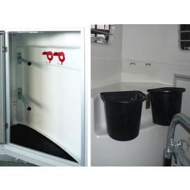 Sattelkammer Standard, Tür (abschließbar), 2 aushängbare Futterkübel